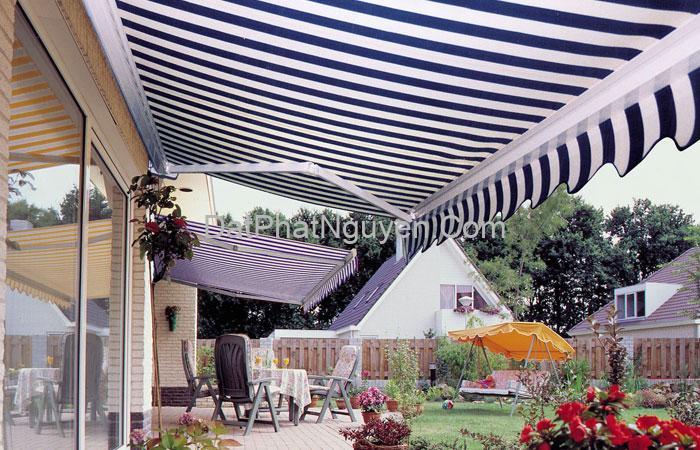 Bạt mái hiên đối với nhà ở có rất nhiều hiệu quả thiết thực, giúp che mát cho không gian sân vườn, cây cối,